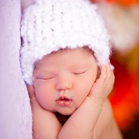 Newborn baby photo with white knit hat – Coon Rapids, MN